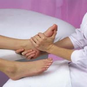 Процедура медицинского педикюра на ногах